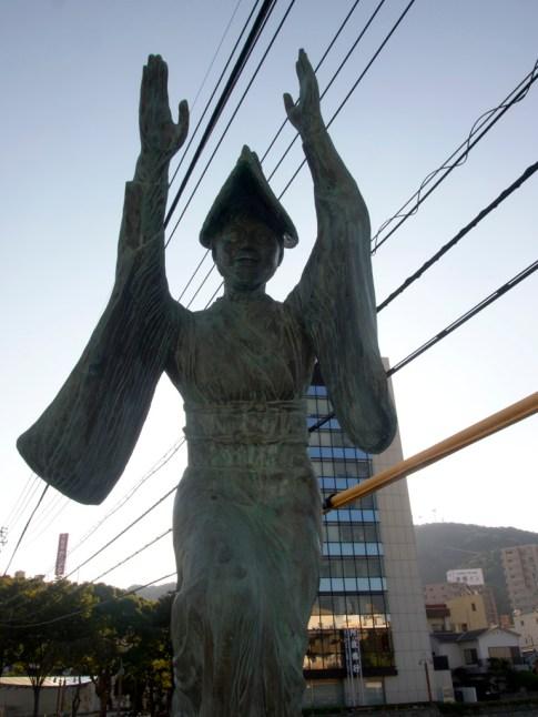 在橋囗有跳阿波舞的雕像,帶了尖帽的是女性,跳舞時會把雙手高舉