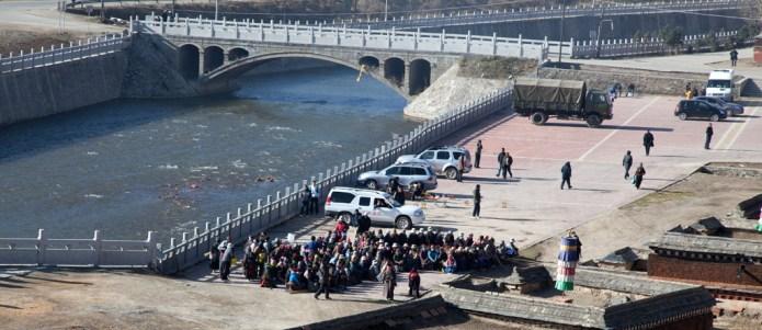 從殿上看到廣場聚集了很多藏民