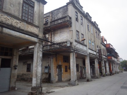 碉民部落外面的街道