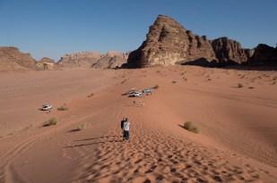 遠遠看見沙漠聳立著風化的岩石