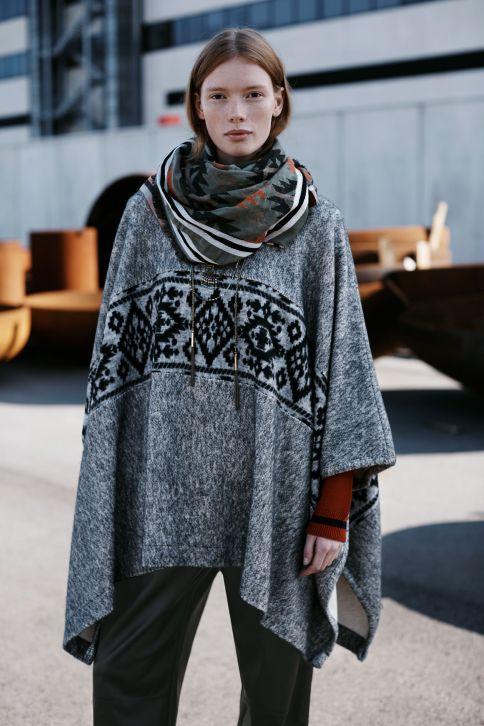 Capa con estampado étnico de Zara