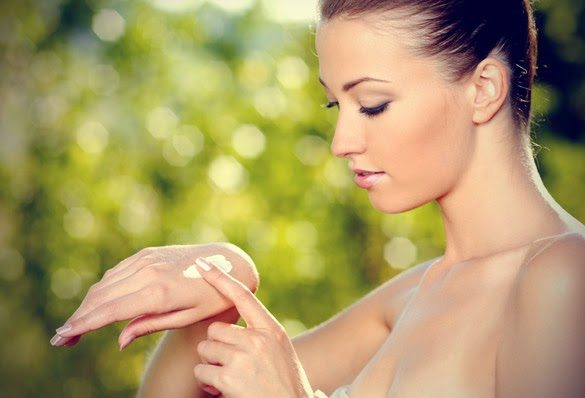 Vrei sa-ti pastrezi pielea mainilor tanara?