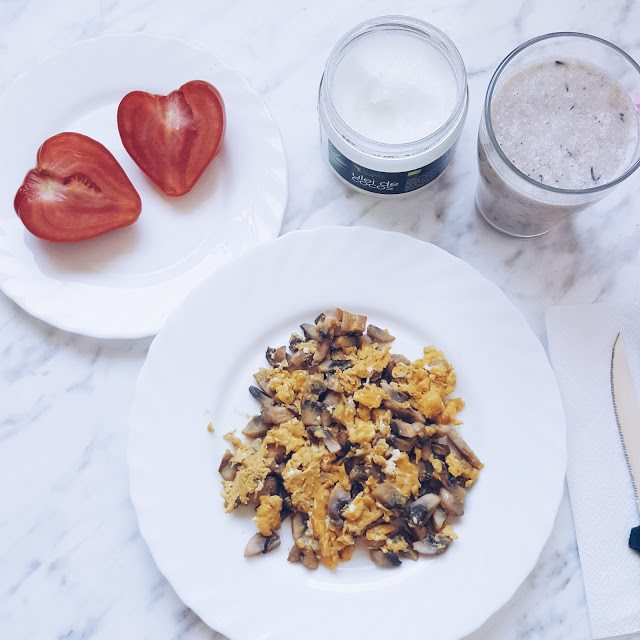 #retetameacucocos – Omletă cu ciuperci și smoothie cu afine