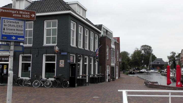 Het vroegere Tolhuis, nu café, naast de Tolhuisbrug. Je kunt aanleggen tot en met de graskant - De Canicula