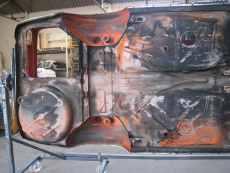 Le positionnement de la voiture sur tournebroche de carrossier peintre facilite le travail