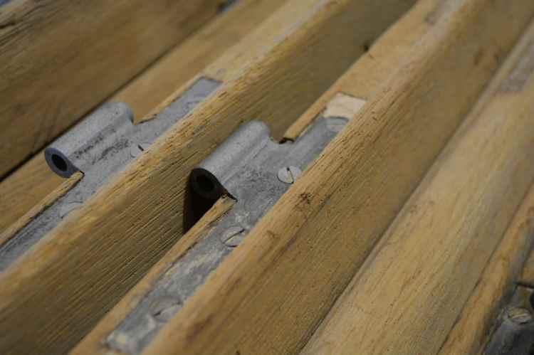 décapage ferrure sur porte en bois