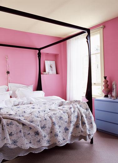 dans cette chambre total look rose vif pour la peinture des murs mise en avant