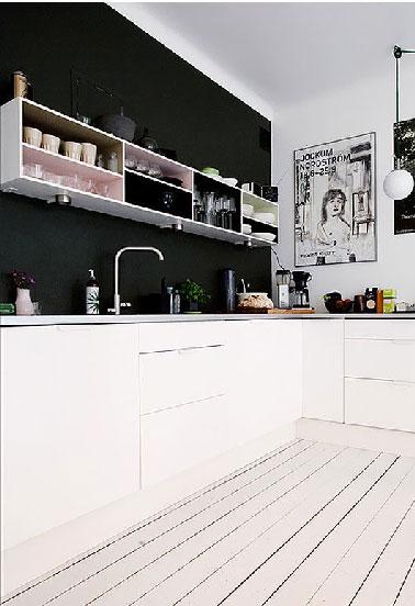un mur noir dans une cuisine blanche c