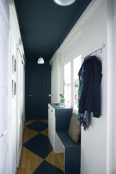 Dco Couloir Avec Une Peinture Bleu Et Blanche Et Sol Peint