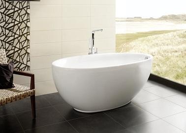 une baignoire design avec une jolie robinetterie qu elle soit installee en ilot ou en