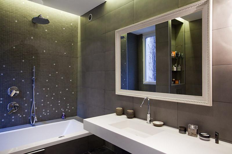 nouvelle decoration salle de bain gris et violet