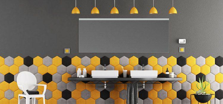 une salle de bains jaune pour un espace