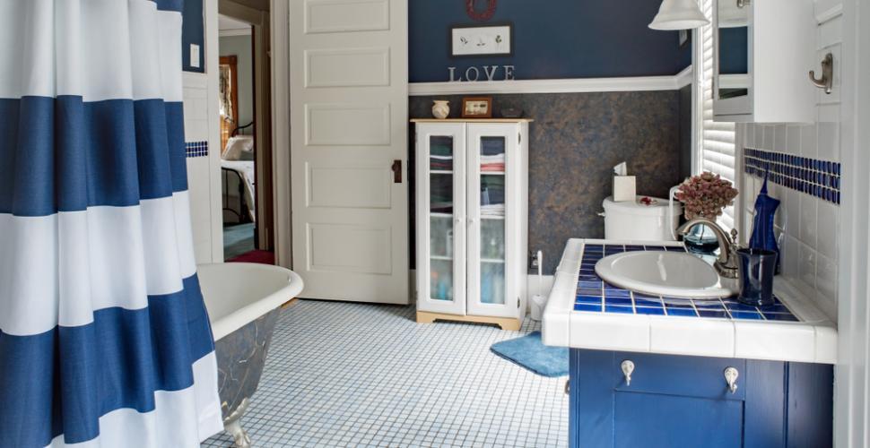 total look bleu dans la salle de bains