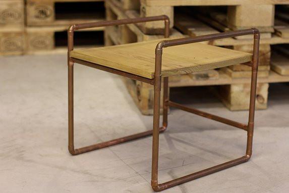 petit meuble en bois et tubes en cuivre