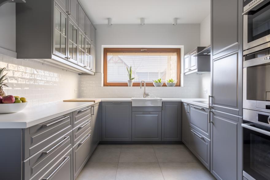 les murs d une cuisine aux meubles gris