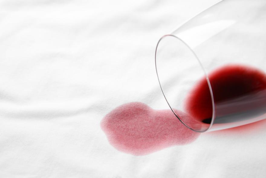 tache de vin rouge sur un tissu