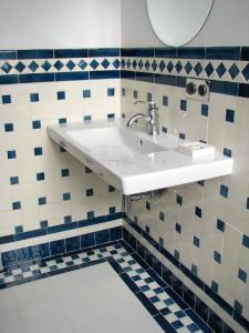 Salle-de-bain-carelage-replique-musee-Camondo-Paris-Ceramiques-du-Beaujolais
