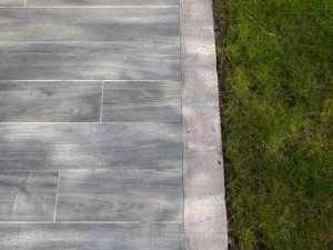 choix-carrelage-imitation-bois-et-bordure-pierre-A-tous-les-etages-2016