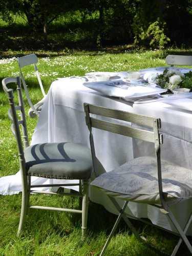 chaises-depareillees_The-au-chateau_M-P-Faure_2017-05_Laure-Mestre_conseil-deco-A-tous-les-etages