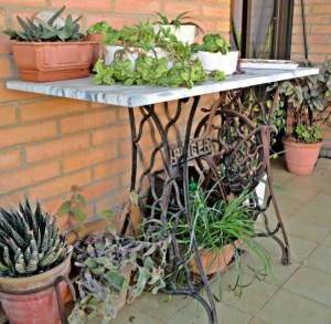 MAC_jardinage_60-idees-pour-recycler-une-vieille-machine-a-coudre-console-jardin-2tout2rien