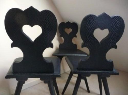 Chaise alsacienne relookée et recouverte de simili cuir noir