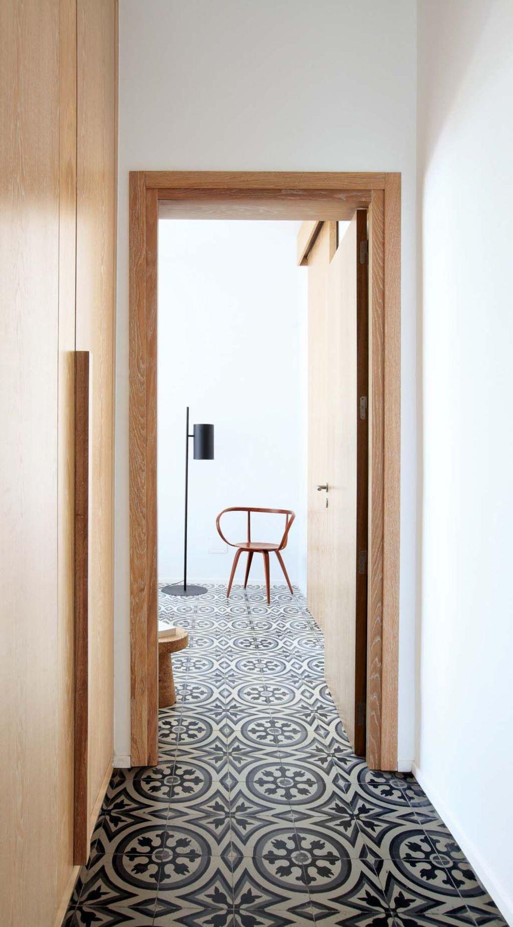 Visite déco | Rénovation : place aux carreaux de ciment dans le couloir | @decocrush - www.decocrush.fr