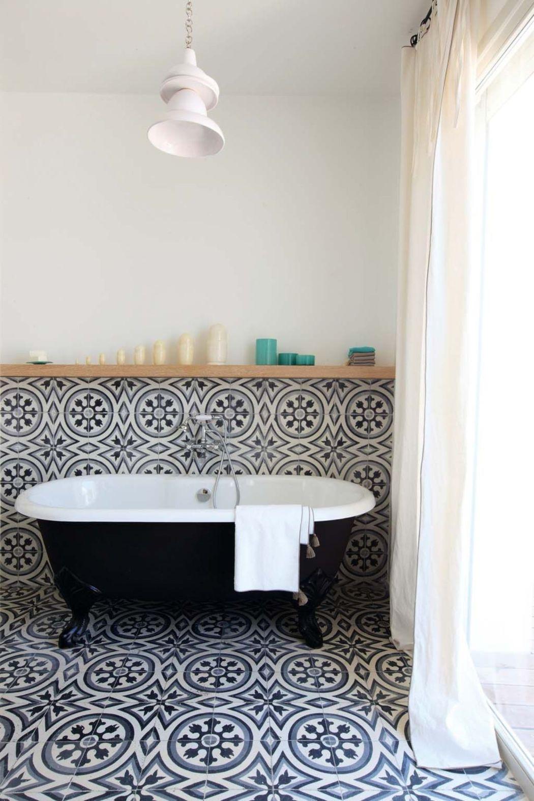 Visite déco | Rénovation : place aux carreaux de ciment dans la salle de bain | @decocrush - www.decocrush.fr