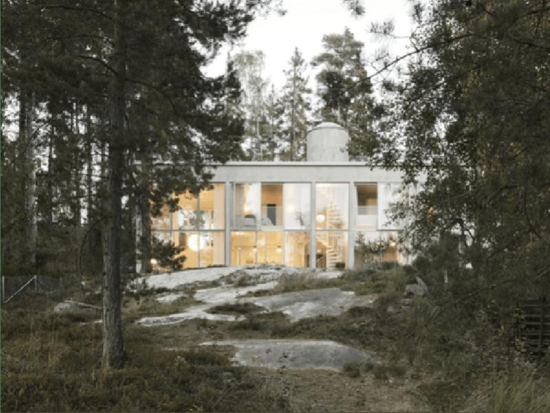 Six Wall House, béton et verre pour une maison familiale cachée dans la forêt suédoise