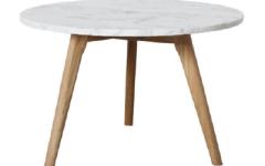 Jolie table basse en marbre et bois clair sur @decocrush