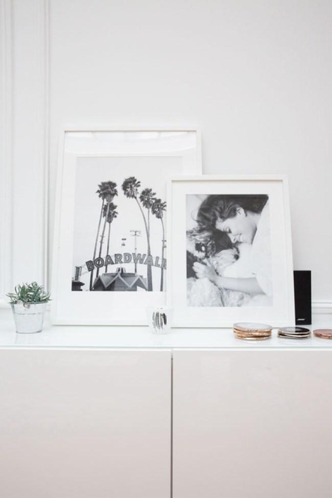 Photos perso et photo d'art en noir et blanc, sous-verre en pierre dans le salon de Rime Arodaky, créatrice de robes de mariée folk et bohème