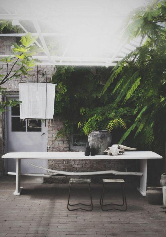 Une grande table ombragée