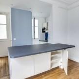 Un îlot fonctionnel qui sert aussi de table à manger (Optimisation de l'espace dans une petite cuisine parisienne (@cuisishop)