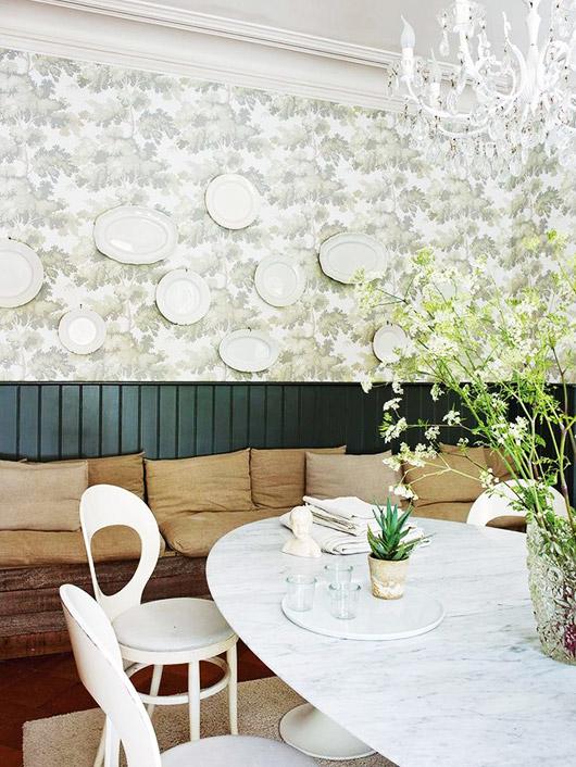 Cette salle manger sa table en marbre son papier peint for Modele deco papier peint salle a manger