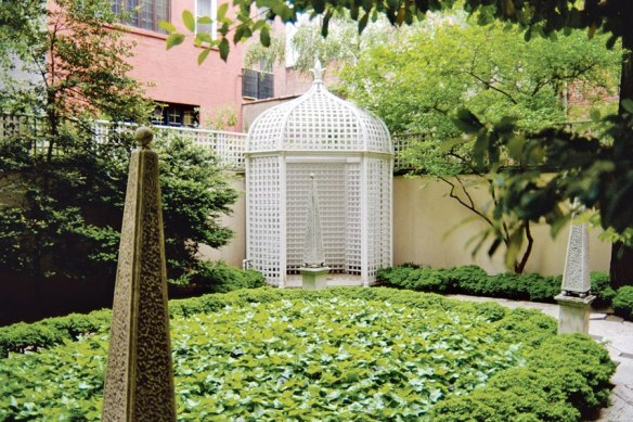 item5.rendition.slideshowHorizontal.bunny-mellon-design-archives-04-manhattan-residence-rear-garden