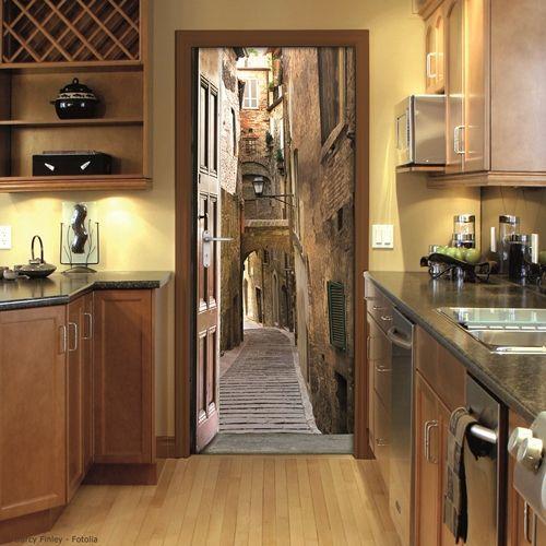 Los vinilos para puertas permiten ocultar puertas feas y se convierten en auténticos trampantojos.