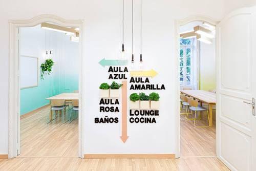 Decoración ideal en tonos pastel para una academia de idiomas 6