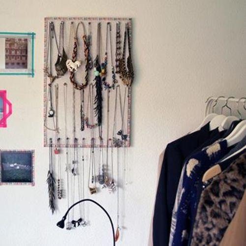 Ideas para hacer un colgador de collares de pared decorando 4
