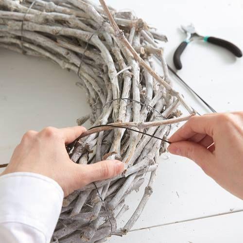 manualidades para decorar corona de Navidad con ramas secas 2