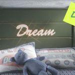 Letras para decorar (e iluminar) cabeceros de cama