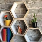 Decoración retro con estanterías de pared en forma de hexágono
