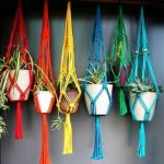 Macetas colgantes de macramé para decorar boho-chic