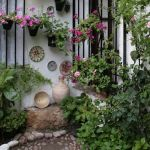 patio cordobés con rejas y macetas en flor