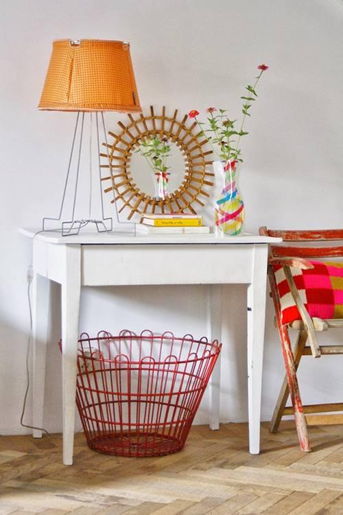 Una casa llena de colores vibrantes entre sencillos muebles vintage 4