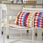 Una casa llena de colores vibrantes entre sencillos muebles vintage 5