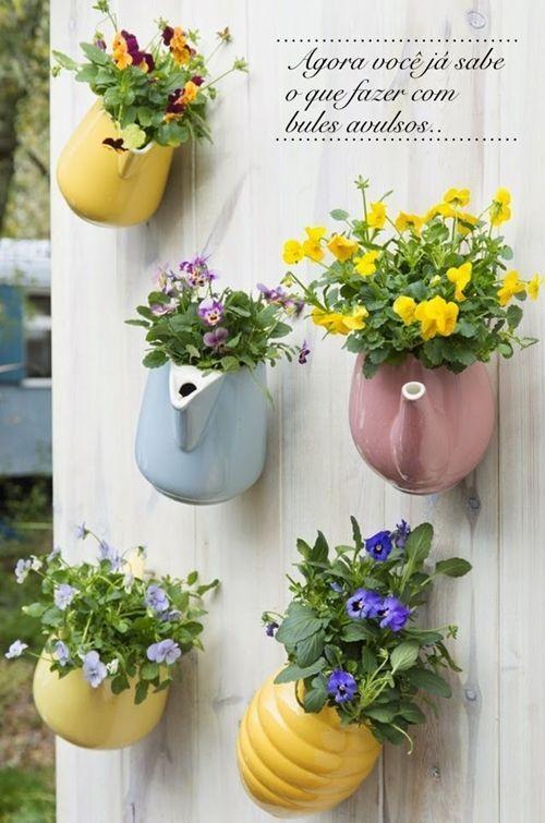 divertida idea de teteras con plantas para decoracion vintage