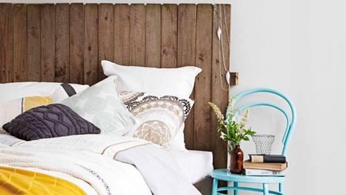 Muebles con palets fáciles que sirven para decorar tu casa: un cabecero de cama reciclado.