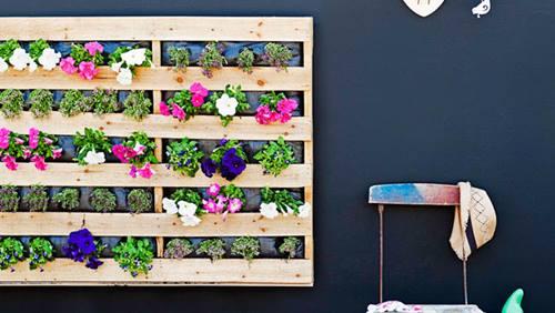 Muebles con palets fáciles para decorar tu casa: una jardinera vertical para flores