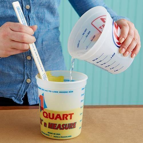 Cómo hacer chalk paint o pintura a la tiza en casa mezclando agua, pintura y escayola,