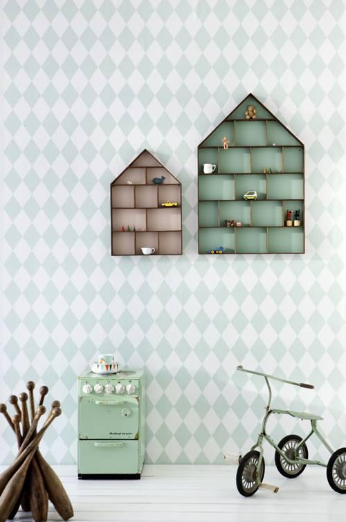 Ideas para decorar con una estantería casita de madera 3