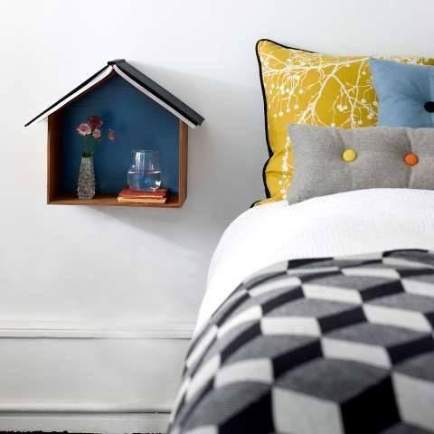 Ideas para decorar con una estantería casita de madera 4